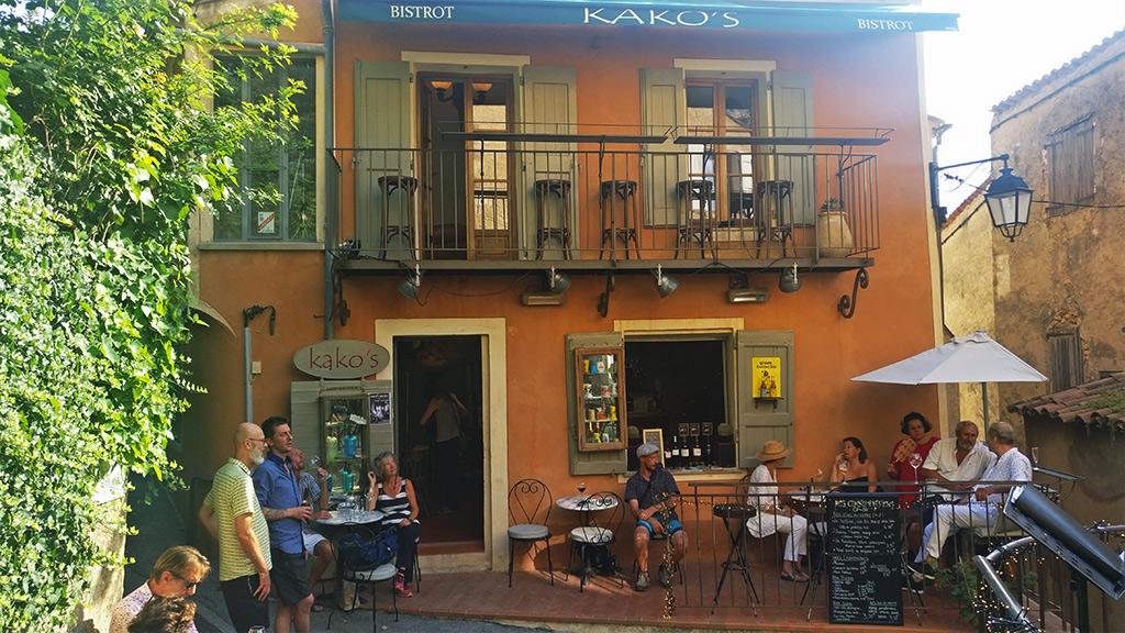 KAKO'S ou KAKOBISTROT GAY FRIENDLY Dans un décor des bistrots du siècle dernier, au cœur du village de Moustiers-Sainte-Marie, le BISTROT de KAKO vous accueille de 15h à 23h.